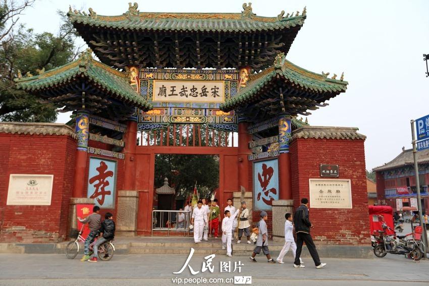 2013年9月29日下午,河南省汤阴县城岳飞庙,武术表演排练结束了,孩子们走出岳庙大门。