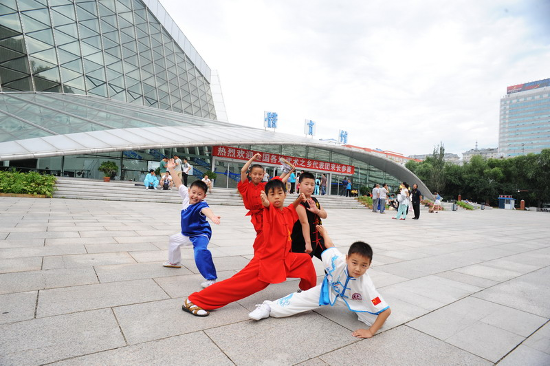来自山西洪洞的武术小选手在赛场外展示武艺