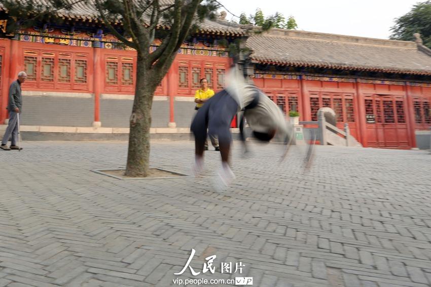 2013年9月29日下午,河南省汤阴县岳飞庙碑廊大院,精忠武院的学员正在进行武术表演排练。