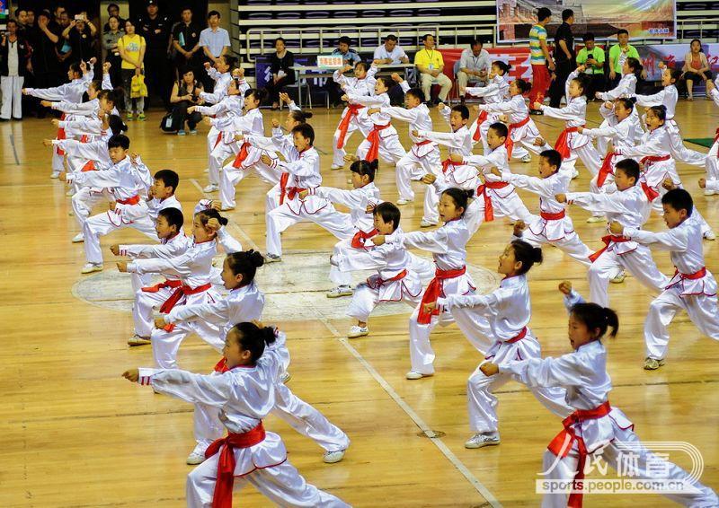徐州小学生表演少儿武术操