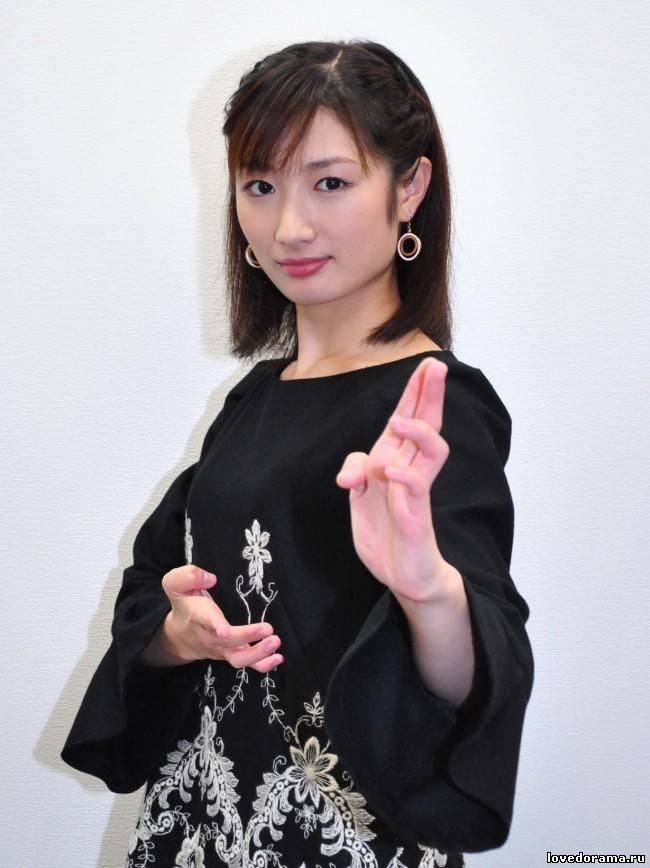 日本空手道美女引关注 以头碎瓦震惊网友