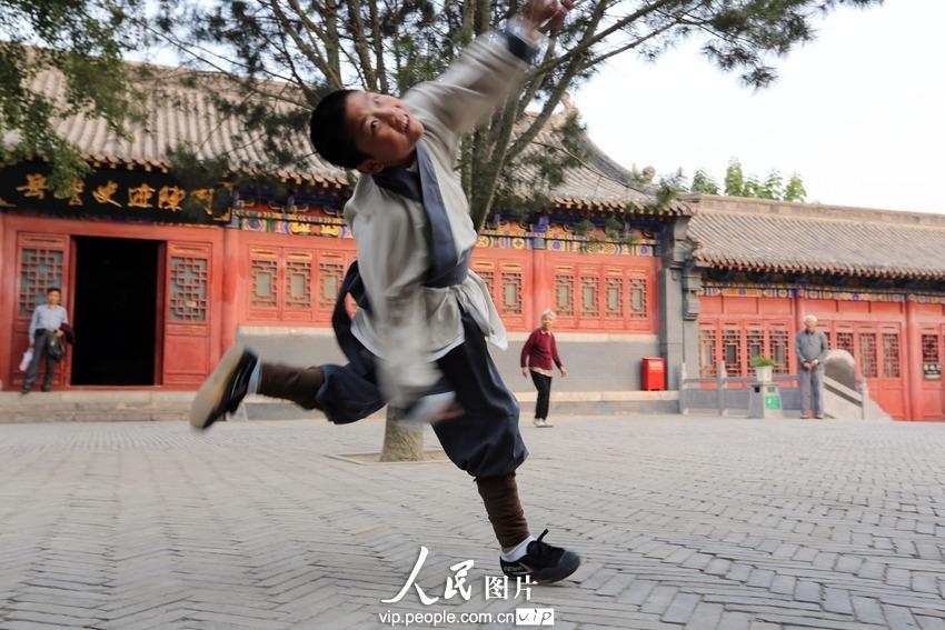 """2013年9月29日下午,河南省汤阴县岳飞庙碑廊大院,精忠武院的学员正在排练表演""""岳家拳""""。"""