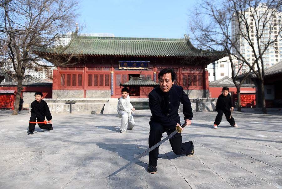 苗刀技艺传承人郭桂德(前)在沧州文庙指导弟子练习