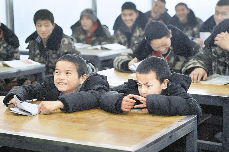小东周布喜欢上文化课,因为上课的女老师有妈妈一样的感觉。