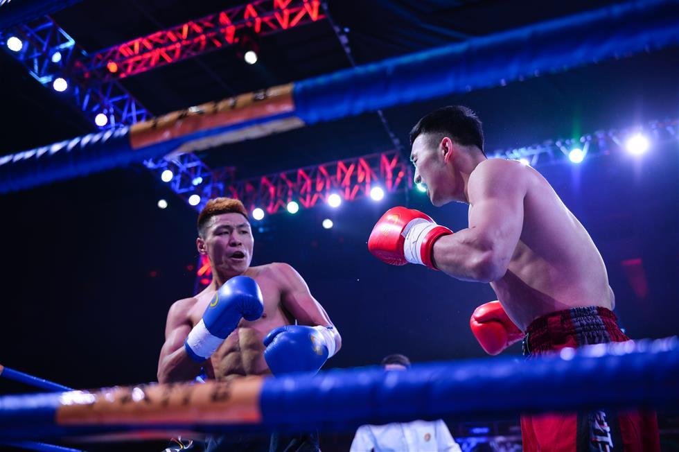 1月10日,贾奥奇(右)和张腾在65公斤级比赛中。当日,中国武术散打职业联赛在江苏南京举行揭幕战。这一全新赛事汇集国内顶尖散打高手,将历时一年,通过淘汰赛、积分赛和总决赛三个阶段决出6个级别的年度总冠军。新华社记者李响摄