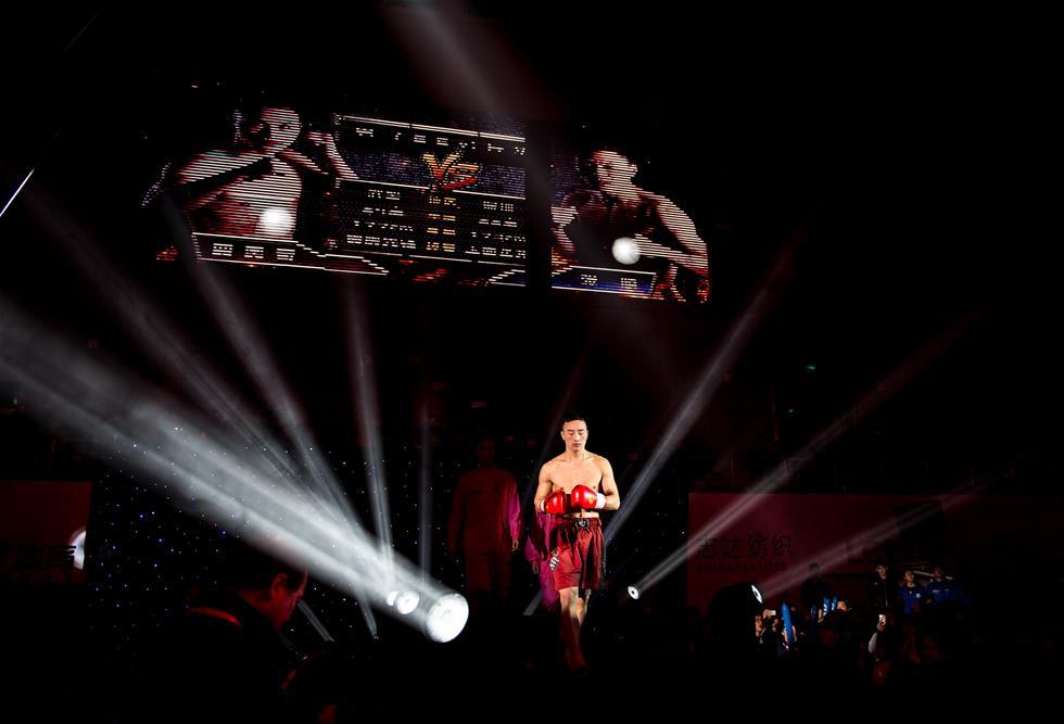 1月10日,65公斤级选手贾奥奇在比赛前进场。当日,中国武术散打职业联赛在江苏南京举行揭幕战。这一全新赛事汇集国内顶尖散打高手,将历时一年,通过淘汰赛、积分赛和总决赛三个阶段决出6个级别的年度总冠军。新华社记者李响摄